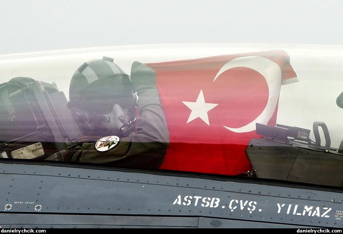 F-16 Turcos abaten un helicóptero Mi-17 Sirio Turkish_f16_pilot_flag
